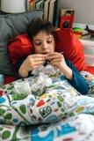 Niño frío que mira el termómetro imagen de archivo libre de regalías