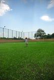 Niño funcionado con en campo de fútbol imagen de archivo libre de regalías