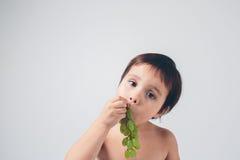 Niño grapeholding cerca para arriba Foto de archivo