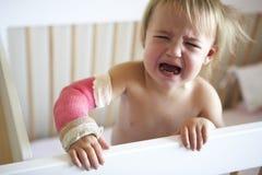 Niño gritador con el brazo en molde imágenes de archivo libres de regalías