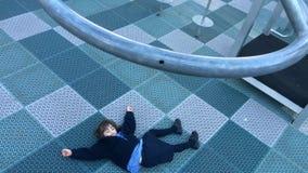 Niño herido en patio almacen de metraje de vídeo