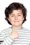 Niño hermoso con el suéter rayado que dice OK Fotografía de archivo