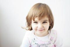 Niño hermoso con la sonrisa de los ojos verdes Foto de archivo