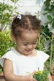 Niño hermoso con las flores fotografía de archivo
