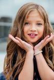 Niño hermoso de la colegiala de la muchacha emocional del retrato del primer que hace muecas Modelo del niño Foto de archivo