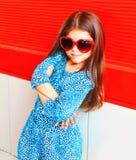 Niño hermoso de la niña del primer del retrato en gafas de sol rojas Fotografía de archivo