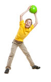 Niño hermoso divertido en la camiseta amarilla que salta y que ríe Imagen de archivo