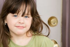 Niño hermoso en la puerta principal Imagenes de archivo