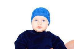 Niño hermoso en un casquillo azul foto de archivo