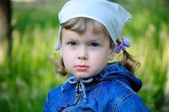 Niño hermoso que le mira Fotografía de archivo