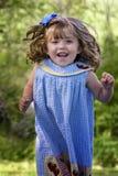Niño hermoso que salta para la alegría foto de archivo libre de regalías