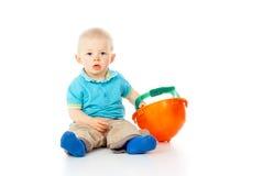 Niño hermoso que se sienta con el casco fotografía de archivo libre de regalías