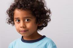 Niño hispánico con el pelo rizado Fotografía de archivo