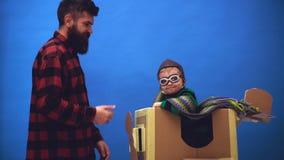 Niño ideal que se divierte en casa Muchacho lindo del niño en el aeropuerto Aviador experimental del niño con sueños del aeroplan almacen de metraje de vídeo