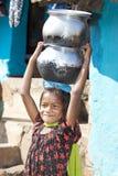 Niño indio con cerámica Fotos de archivo