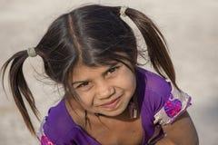 Niño indio de la muchacha que pide dinero de turistas en una calle de la ciudad, Mandu, la India Imágenes de archivo libres de regalías