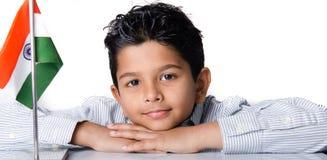 Niño indio de mirada lindo con la bandera india Fotografía de archivo
