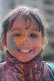 Niño indio durante el festival de Holi Imagen de archivo