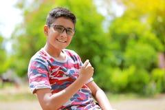 Niño indio en la lente Fotos de archivo libres de regalías