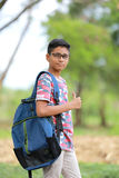 Niño indio en la lente con el bolso de escuela Foto de archivo