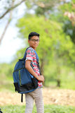 Niño indio en la lente con el bolso de escuela Imágenes de archivo libres de regalías