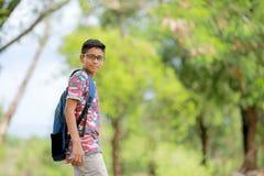Niño indio en la lente con el bolso de escuela Fotografía de archivo