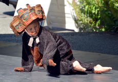 Niño indio nativo en traje tradicional fotografía de archivo