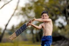 Niño indio rural que juega al grillo imágenes de archivo libres de regalías