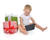 Niño infantil del bebé del niño con el dispositivo de la PC de la tableta que ordena pre Imagen de archivo