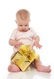Niño infantil del bebé del niño con el regalo del presente del oro para el birthda Imágenes de archivo libres de regalías