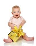 Niño infantil del bebé del niño con el regalo del presente del oro para el cumpleaños Fotografía de archivo libre de regalías