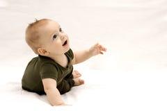 Niño infantil hermoso que mira para arriba Imagenes de archivo