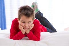 Niño infeliz que mira abajo Fotos de archivo libres de regalías