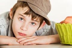 Niño inocente en usado sombrero marrón Fotografía de archivo