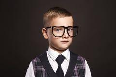 Niño inteligente en vidrios Fotos de archivo