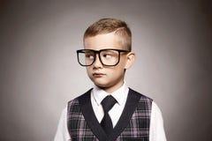 Niño inteligente en vidrios Niño elegante Foto de archivo libre de regalías