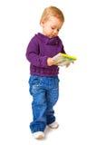 Niño joven con un libro imagen de archivo
