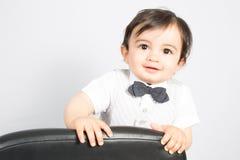 Niño joven del muchacho que mira con los ojos marrones grandes Imágenes de archivo libres de regalías