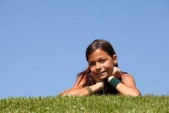 Niño joven en la hierba Imágenes de archivo libres de regalías