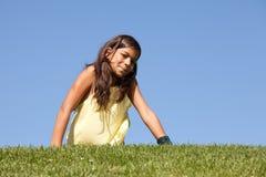 Niño joven en la hierba Imagenes de archivo