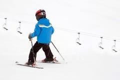 Niño joven en piste en las montan@as de Swizz Fotografía de archivo libre de regalías