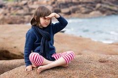 Niño joven hermoso triste que mira lejos que sueña despierto para la imaginación Imágenes de archivo libres de regalías