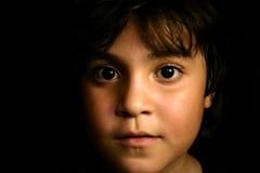 Niño joven hispánico lindo que mira adelante Fotografía de archivo