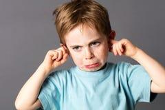 Niño joven infeliz que no quiere escuchar la violencia en el hogar Fotografía de archivo