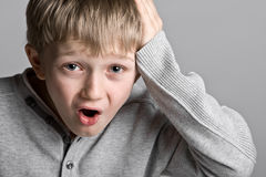 Niño joven lindo con una expresión tonta Fotografía de archivo libre de regalías