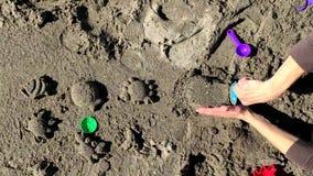 Niño joven que juega con su madre en la playa almacen de video