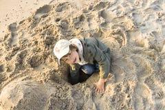 Niño joven que juega en la playa fotos de archivo libres de regalías