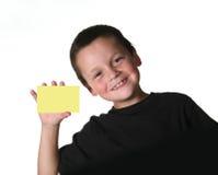 Niño joven que lleva a cabo la muestra en blanco Imagen de archivo libre de regalías