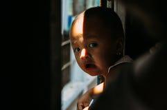 Niño joven que monta el tren del círculo en Rangún imagen de archivo
