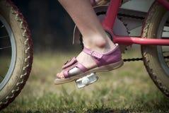 Niño joven que monta una bicicleta Imágenes de archivo libres de regalías